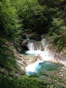 七ツ釜五段の滝。この滝へつながる支流を遡行します。